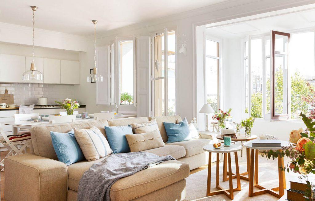 Salón con luz natural y decoración ligera